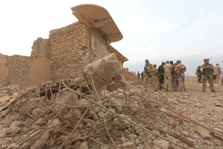 Iraki katonák Nimrud visszafoglalt romjai között, november 16-án.