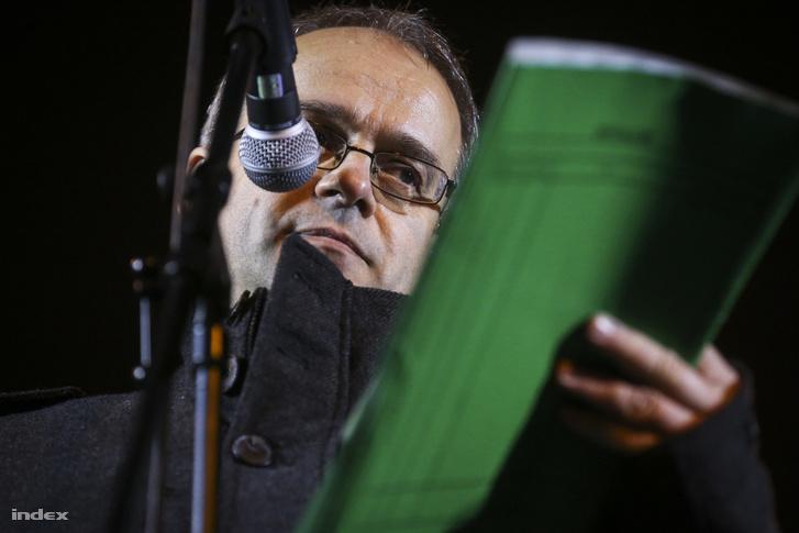Horváth András a zöld dossziéjával a kezében beszél egy 2013-as demonstráción.
