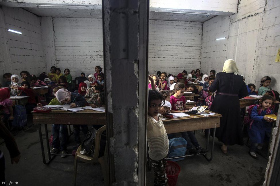 Diákok az al-Haját földalatti bunkeriskolában a Damaszkusz felkelõk uralta városnegyedében, 2016. októberében.