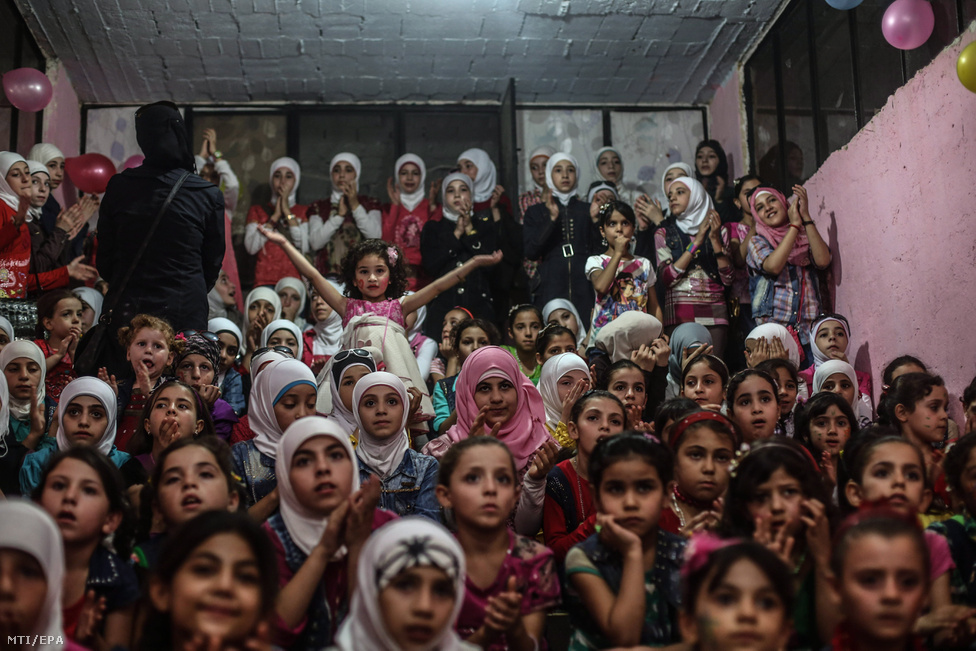Szíriai gyerekek egy földalatti vidámparkban a Damaszkusz melletti Gútában, 2016. szeptember 16-án.