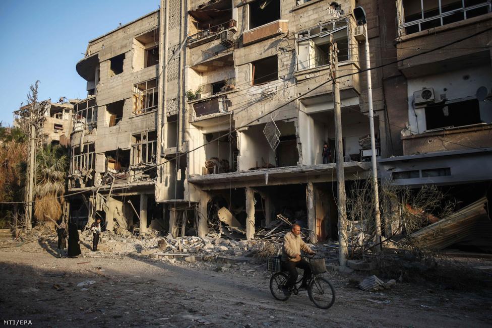 Bombatalálat következtében megsemmisült épület romjai a városban, 2016. november 22-én.