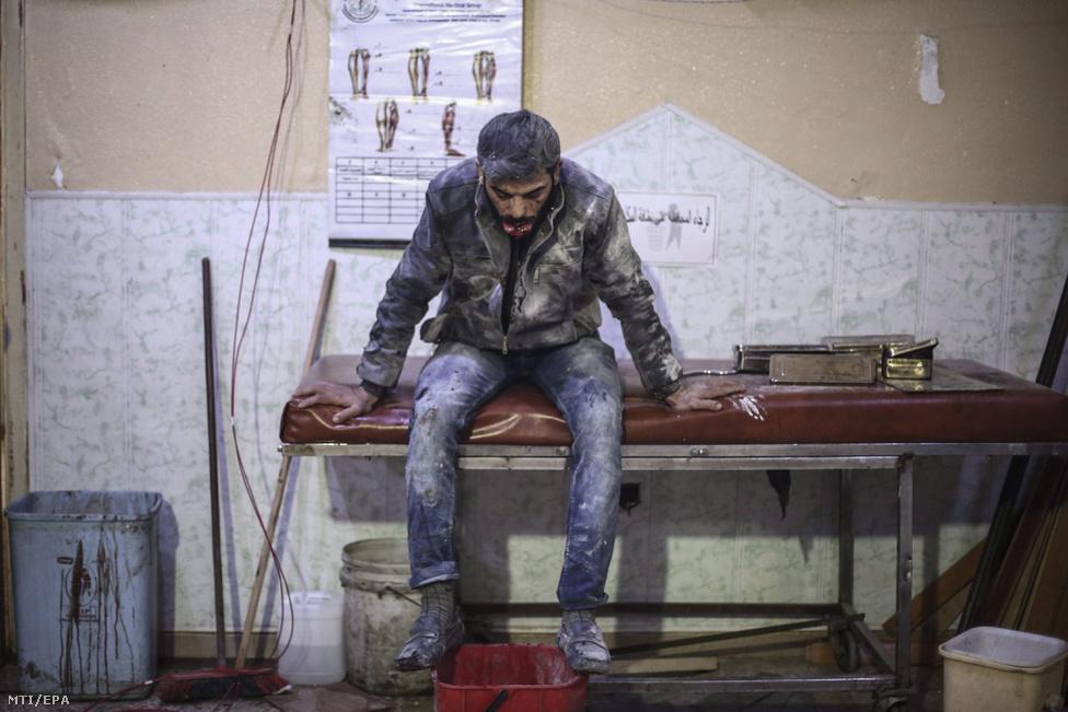 Sebesült férfi egy kórházi ágyon Dumában, 2015. novemberében.
