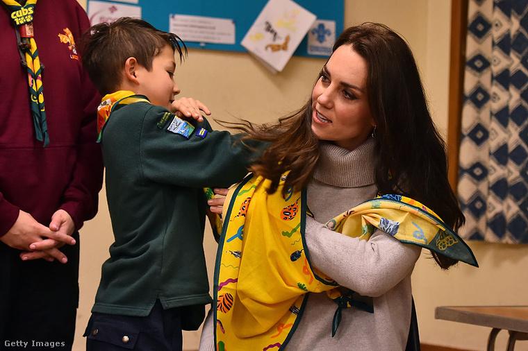A jóindulatú kisfiú felsegítette a kendőt a hercegnő karjára