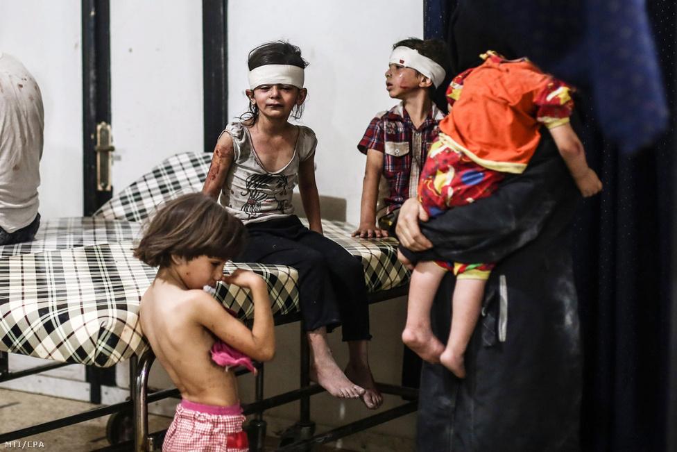 Sebesült szíriai gyerekek Dumában, 2016. augusztus 24-án, egy kormánypárti vagy orosz légicsapás után.