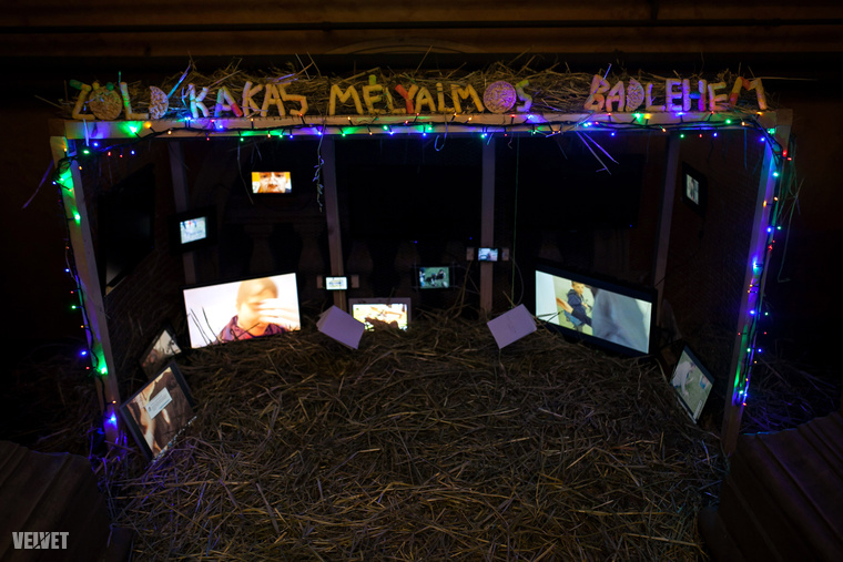A kiállításhoz egy hangulatos betlehem is tartozik, nyilván a decemberi időpontra való tekintettel