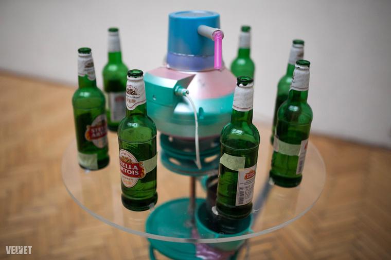 Sztruhár Zsuzsa installációját meg kell pedálozni és sörösüvegbefújással zenélni kezd