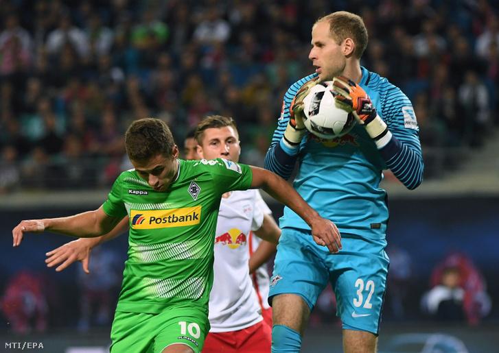Gulácsi Péter az RB Leipzig kapusa és Thorgan Hazard a Borussia Mönchengladbach játékosa a német első osztályú labdarúgó-bajnokság 2016. szeptember 21-i mérkőzésén a lipcsei Red Bull Arénában