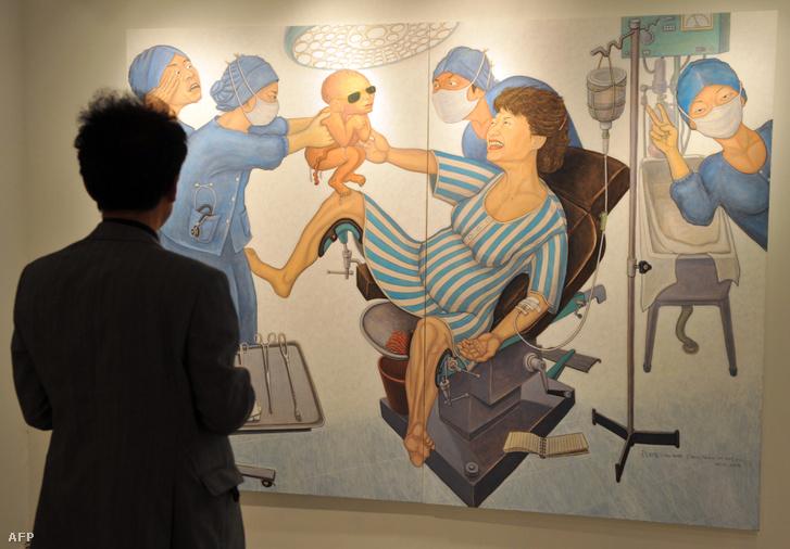 Festmény egy szöuli galéria falán, amin Pak Gunhje megszüli saját apját, a néhai Pak Csong Hi katonai diktátort.