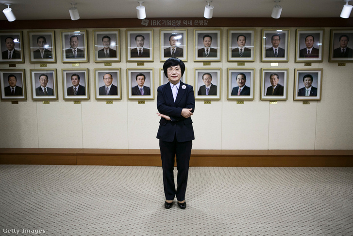 Az Industrial bank of Korea vezérigazgatója, mögötte a falon a bank korábbi 23 vezérigazgatójának portréi.