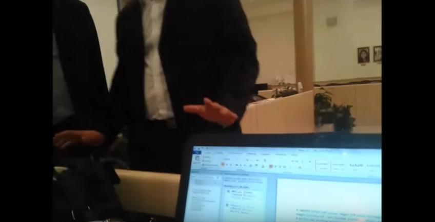 A portaszolgálat embere és az alpolgármester vitatkozik a két képviselővel. Veres Dávid felvétele