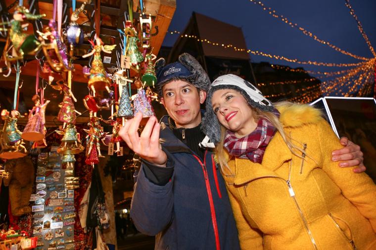 Peller Anna színésznő és férje, Lukács Miklós (Mikike) a Bazilika előtti karácsonyi vásárban tudta le az ünnepi bevásárlás utolsó rohamát