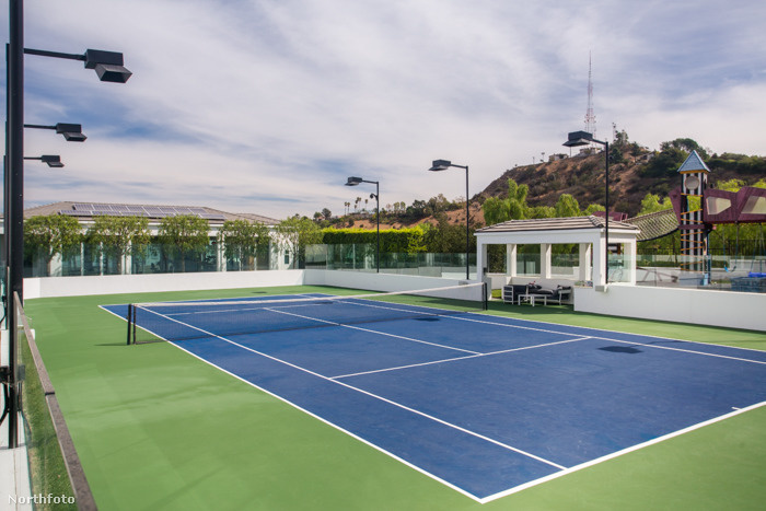 Teniszpálya is akad.