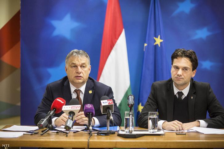 A Miniszterelnöki Sajtóiroda által közreadott képen Orbán Viktor miniszterelnök sajtótájékoztatót tart az Európai Unió csúcstalálkozója után Magyarország Állandó Képviseletén Brüsszelben 2016. december 16-án. Mellette Havasi Bertalan a Miniszterelnöki Sajtóiroda vezetője.