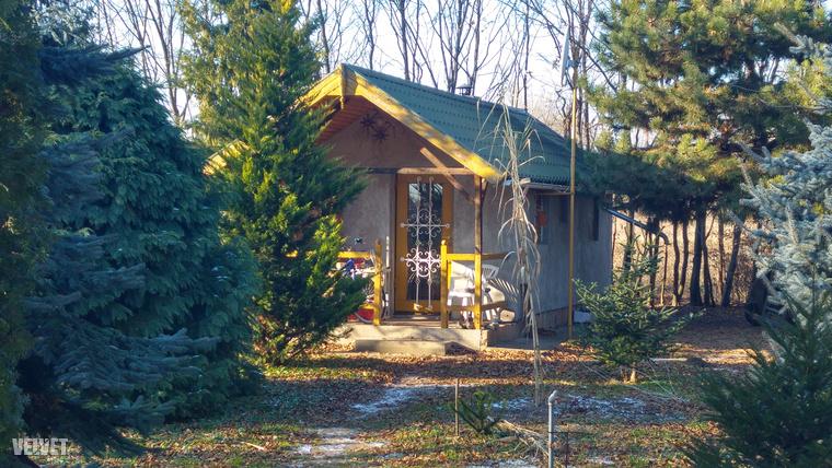 Ebben a házban él a férfi, akinél csütörtök este megtalálták a 7 éves kislányt.