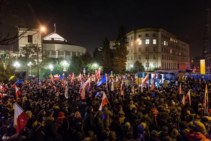 Tüntetés a szejm bejáratánál 2016. december 16-án