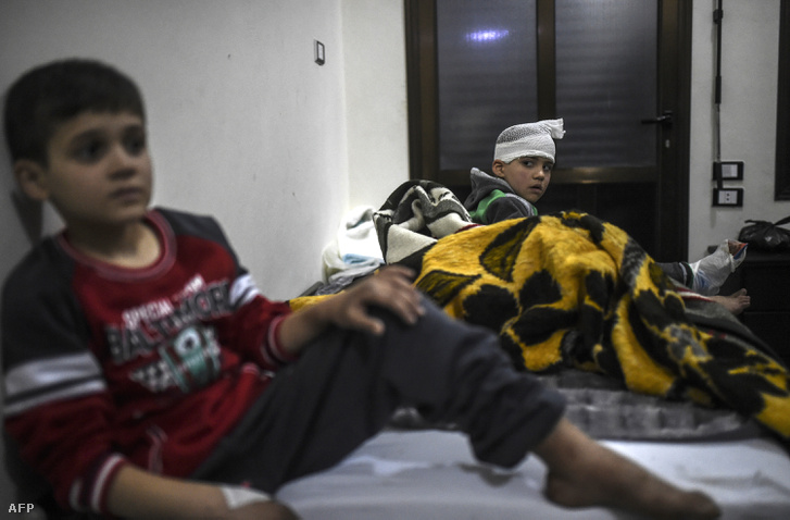 A harcokban megsérült gyerekek a Bab al-Hawra határátkelő szíria oldalán lévő kórházban, 2016. december 16-án