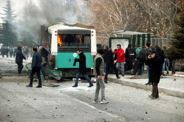 Autóba rejtett pokolgép robbant szombat reggel egy hétvégi kimenőn lévő katonákat is szállító autóbusz mellett a Törökország középső részén található Kayseriben