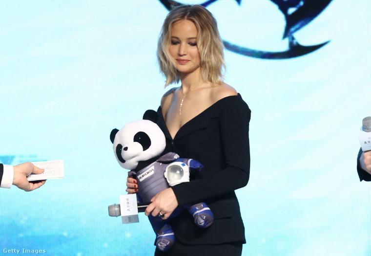 Jennifer Lopez már Pekingben, újabb sajtótájékoztatón. Itt is kapott egy plüssállatot.