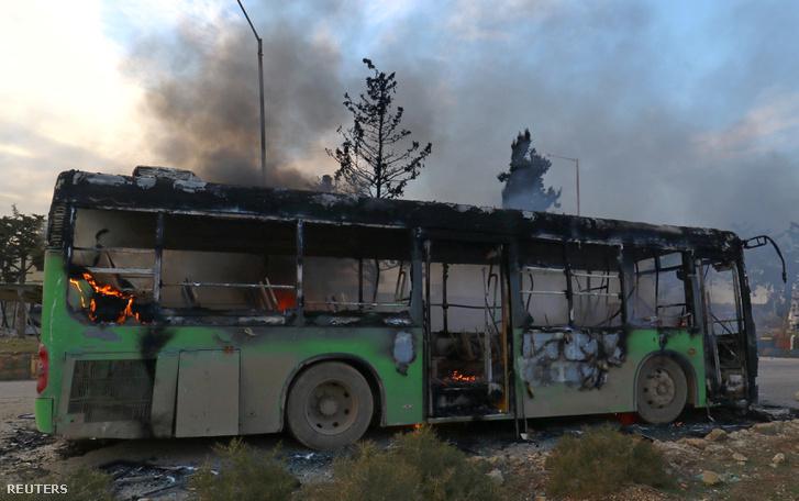 Egy támadás során felgyújtott és kiégett busz Aleppo közelében