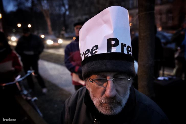 Tüntető a budapesti lengyel nagykövetség előtt