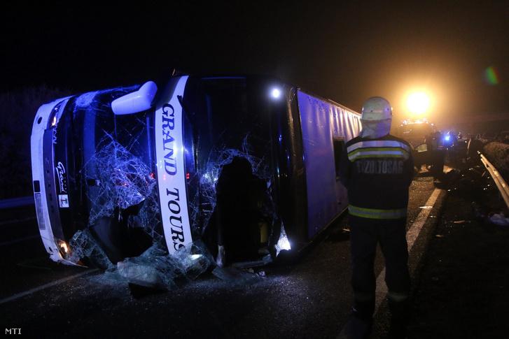 A balesetben az oldalára dőlt busz Mezőkövesdnél