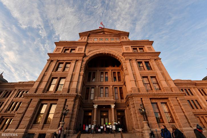 Tiltakozó aktivisták Texas állam képviselőháza előtt Austinban