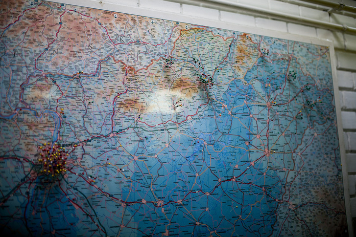 A Feszofe Kft. munkatársai az ország különböző pontjairól származnak, a cég székhelyén térképen is jelölik, hogy honnan