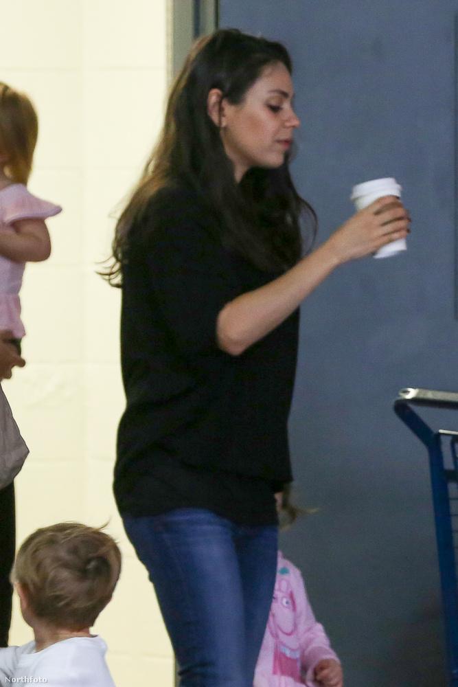 Mila Kunis sincs épp mosolygós kedvében, neki is a kávé az életmentő.