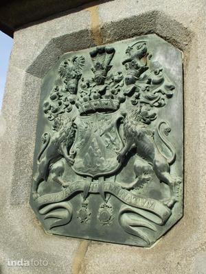 """A Sina család címere a Lánchídon, alul felirat a szalagon, a családi jelszó: """"servare intaminatum"""" azaz """"megmaradni feddhetetlennek"""""""