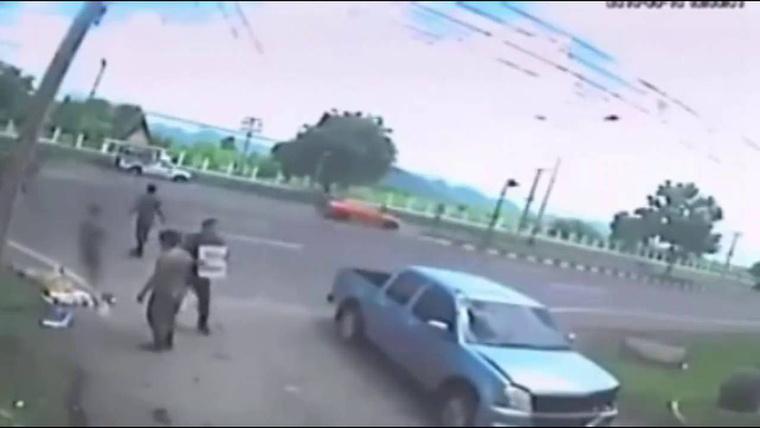Egy térfigyelő kamera októberben Thaiföldön rögzített egy durva balesetet