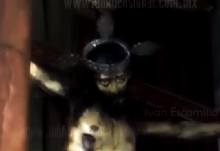 A mexikói Coahuila de Zaragoza államban lévő Chapel of Saltillo templomban tavaly júniusban egy hívő videózta le, amint egy Jézus-szobor hirtelen kinyitja a szemét