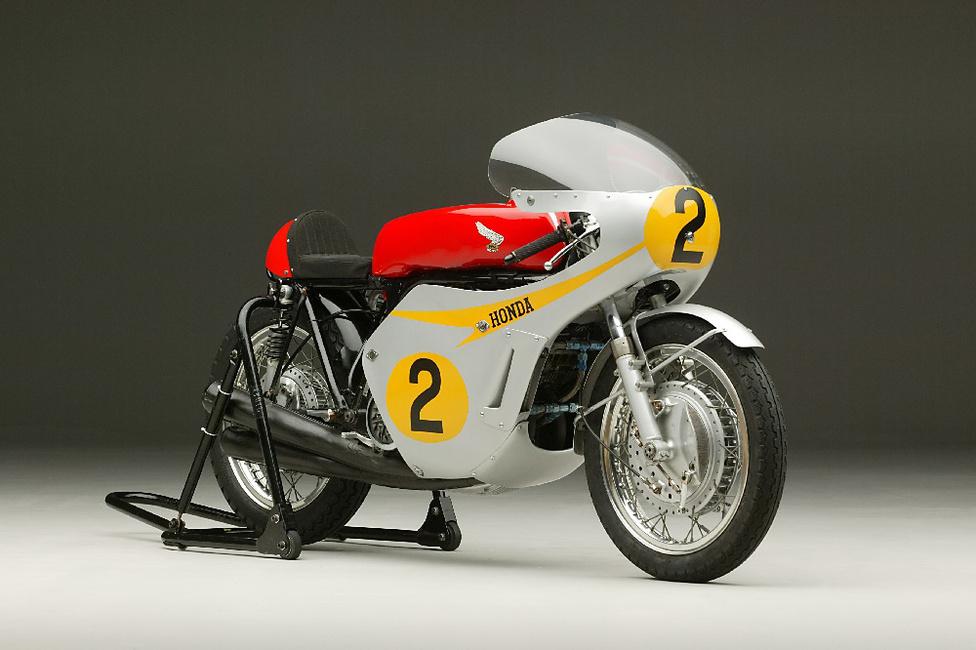 Az első szezont 1966-ban futották az 500 köbcentis géposztályban. A 85 lovas RC181-gyel Jim Redman meg is nyerte az első két futamot, aztán Belgiumban eltörte a csuklóját...