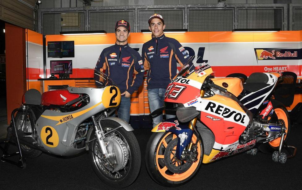 Zárásként pedig egymás mellett az RC181 és az RC213V. Előbbi mellett Dani Pedrosa, utóbbinál Marc Márquez