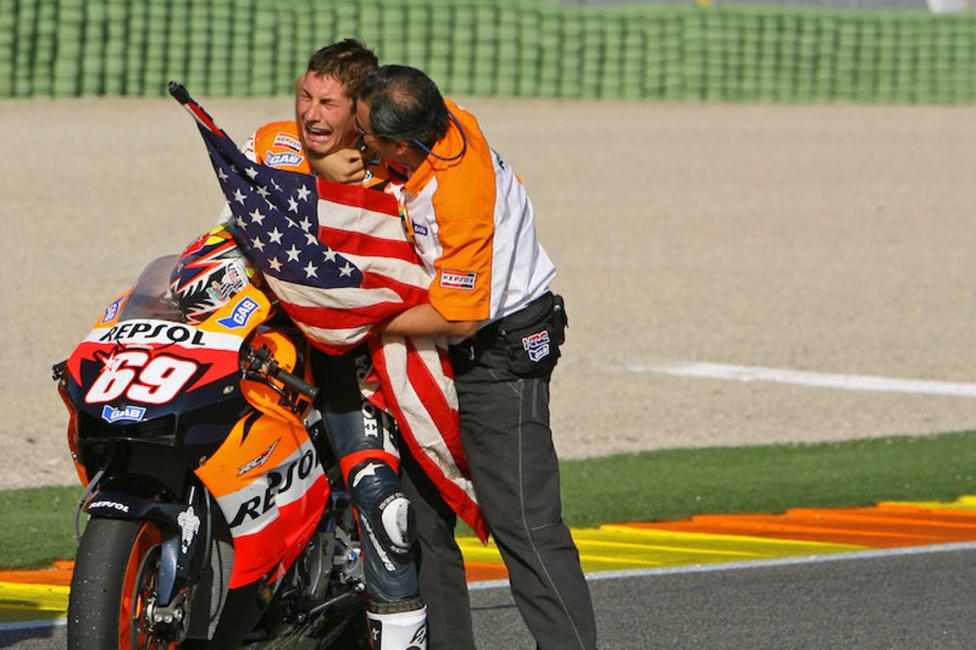 2006 a 990 köbcentis versenygépek utolsó éve volt, Nicky Hayden pedig ki is maxolta. Az amerikai hondás öt ponttal verte Rossit az összetettben