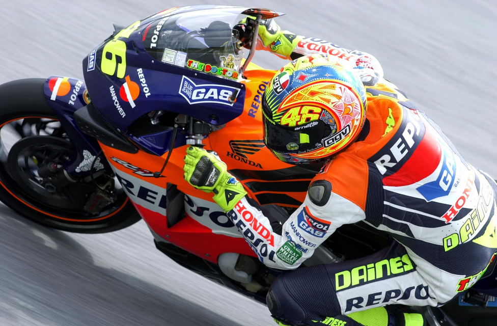 A szabályváltozások miatt 2002-re új versenygépet kellett készíteni. 990 köbcentis négyüteműek mentek a MotoGP-ben - ekkor keresztelték át a kategóriát is. Rossi egymás után két bajnoki címet nyert, majd ugyanezt a Yamahánál is megtette