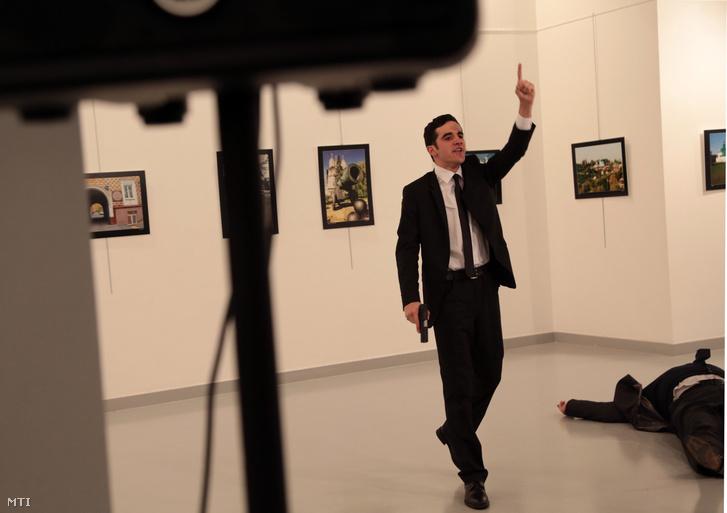 Andrej Karlov törökországi orosz nagykövet merénylője, miután lelőtte a diplomatát.