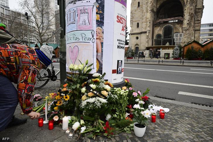 A gyász virágai a támadás helyszínén