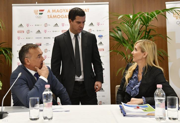 Borkai Zsolt a Magyar Olimpiai Bizottság (MOB) elnöke (balra) Bartha Csaba a MOB főtitkára (középen) és Szabó Tünde az Emberi Erőforrások Minisztériumának sportért felelős államtitkára beszélget a MOB alapszabály-módosító küldöttközgyűlésének kezdete előtt.