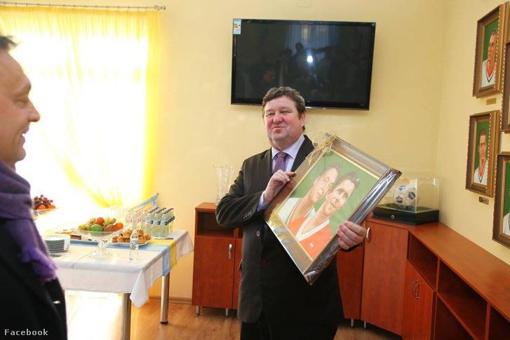 Tállai András Puskás-Orbán kettős portrét ajándékoz Orbán Viktornak