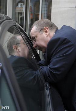 Kiss Péter, a Magyar Szocialista Párt alelnöke az ülés előtt