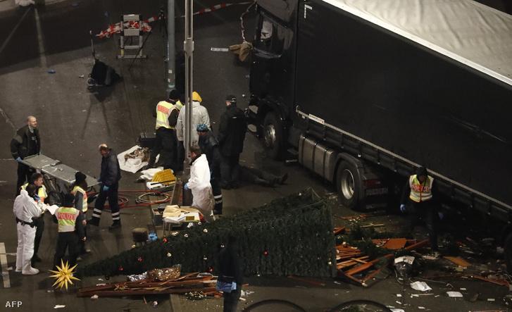 Rendőrök helyszínelnek a támadás éjjelén