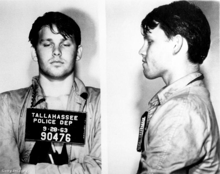 Ez meg Jim Morrison, a Doors egykori énekese, aki 1963-ban Floridában rosszalkodott egy sort