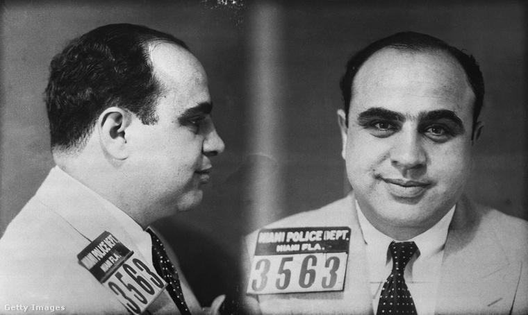 """Alphonse Gabriel Capone (alvilági nevén """"Al"""" Capone vagy """"Sebhelyesarcú"""") viszont nem hagyta, hogy olyan apróságok rontsák el a kedvét, mint a letartózatása, és Miami rendőreinek fényképezőgépe előtt is sikerült megőriznie jó kedélyállapotát."""