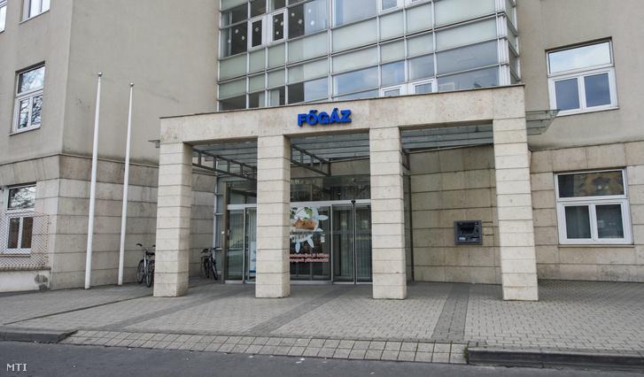 A Főgáz Zrt. budapesti ügyfélszolgálatának bejárata a Fiumei úton 2014. január 14-én. 2013 decemberében az MVM Magyar Villamos Művek Zrt. és a német RWE Gas International B.V. aláírta az RWE tulajdonában lévő 4983 százalékos Főgáz Zrt. részvénypakett megvásárlásáról szóló 41 milliárd forint értékű adásvételi szerződést.