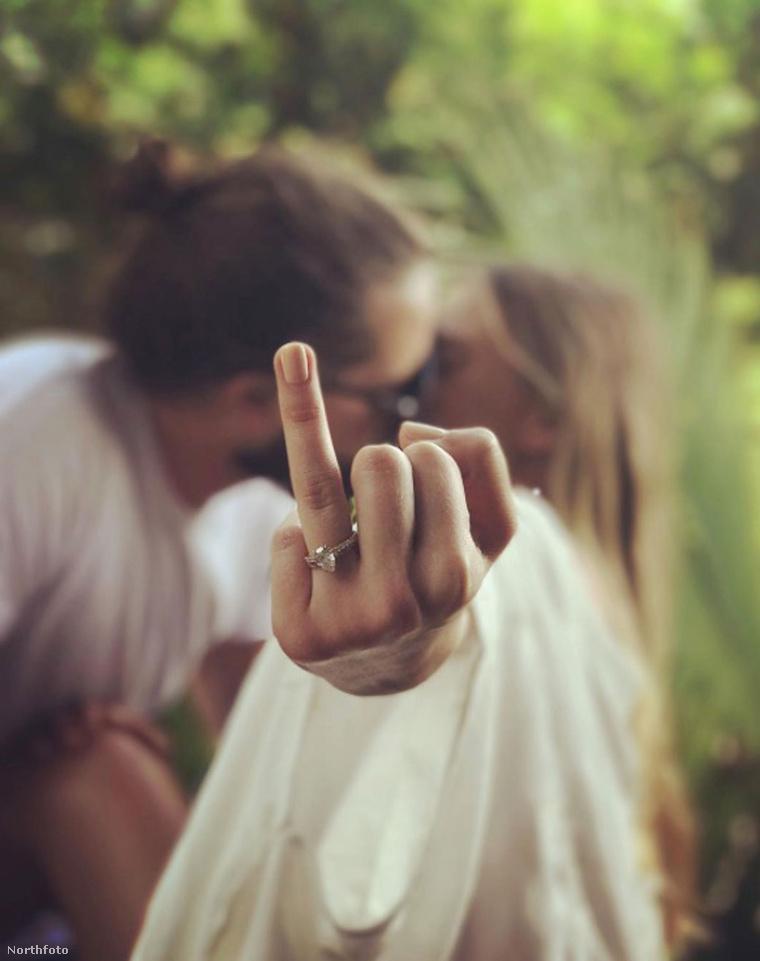 Margot Robbie mutatja a gyűrűt.