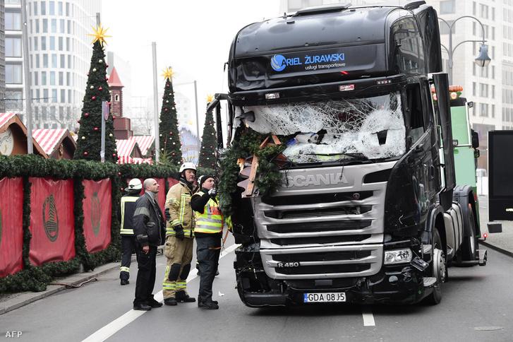 Az adventi vásárba hajtó kamion Berlinben