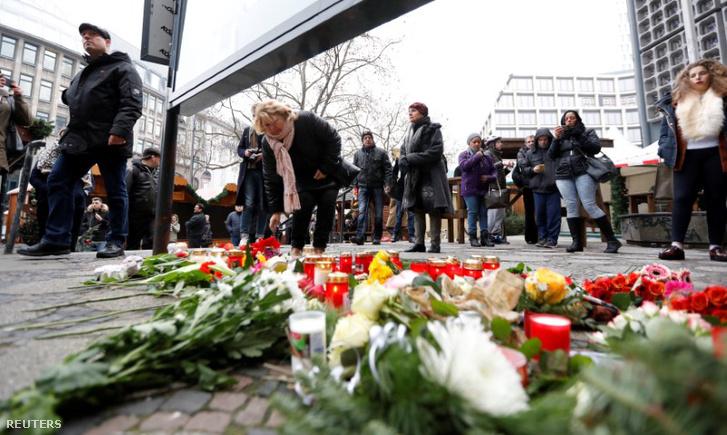 Virágok a támadás helyszínén