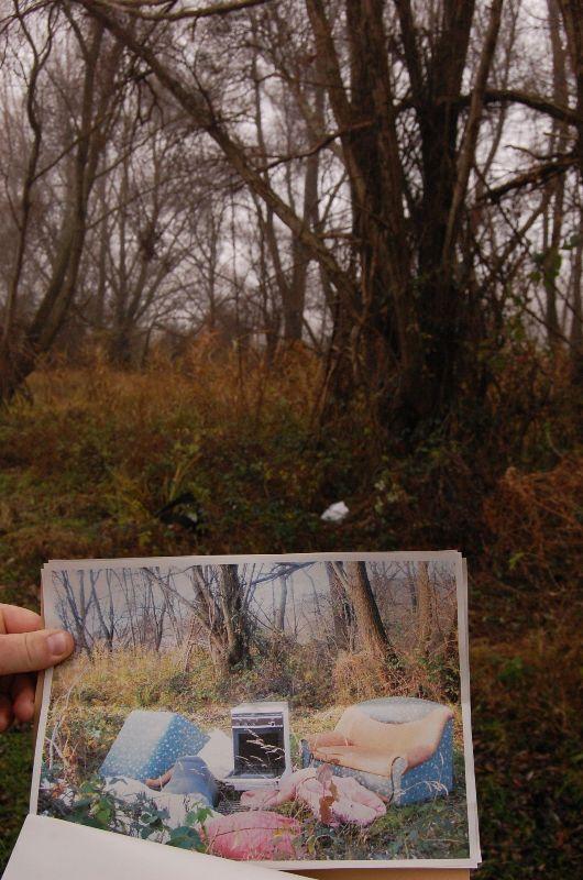 Valaki egy egész kis lakást berendezett az erdőben az arra járó turistáknak vagy vadállatoknak, csakhogy ezzel bűnt követett el, mert ez mind szemét. A 35 éves Cs. Gábor hulladékot rakott le illegálisan Balatonedericsnél. Hulladékgazdálkodás rendjének megsértése miatt emeltek ellene vádat.