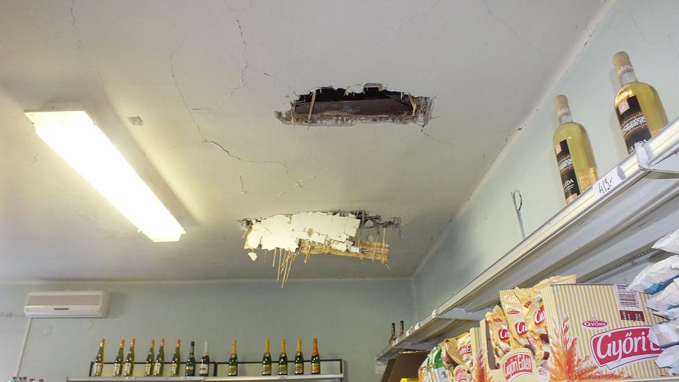 Ez itt nem beázás, hiszen nem a lakásfelújítók Facebookján, hanem a rendőrség honlapján találtuk a fotót. A tettes V. József volt, aki a tetőt megbontva akart bejutni a halmajurgai élelmiszerboltba, hogy szeszt és élelmiszert zsákmányoljon. Aztán persze elkapták.