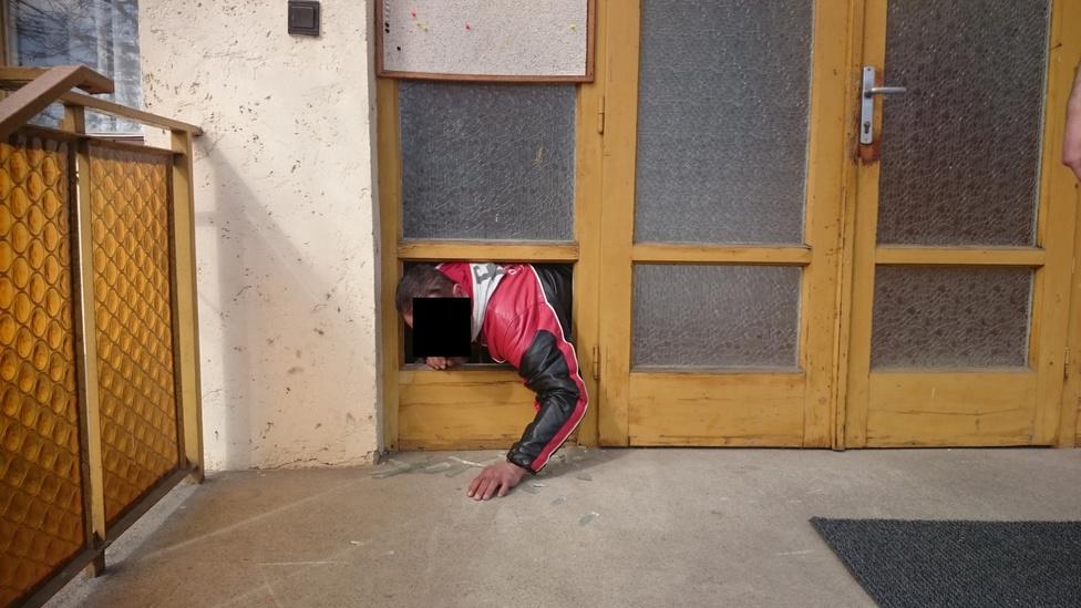 A képen L. Károly látható, aki meg akarta fogadni, hogy többet nem iszik, de aztán inkább lopni próbált. Bármily' hihetetlen, de ez nem egy beállított fotó, se nem rekonstrukción készült. A mátészalkai férfi a templomból akarta ellopni a perselypénzt, de a lelkész a mobiljával lefényképezte, ahogy épp próbál kimászni a betört ajtóüveg keretén. Az is nehezítette a szökést, hogy a férfi többféle gyógyszert is bevett az akció előtt. Szomorú, hogy így alakult, mert Károly épp azért indult a templomba, hogy megfogadja a lelkésznek, többet nem iszik, de mégis inkább a pénzt választotta.